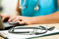 Chiuda su di medico che lavora con il computer portatile Immagini Stock Libere da Diritti