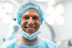 Chiuda su di medico emozionale che sorride felicemente dopo il giorno produttivo immagini stock