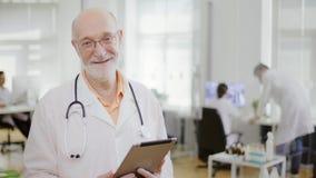Chiuda su di medico sorridente con esperienza immagini stock libere da diritti