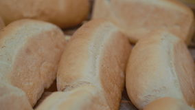 Chiuda su di molte pagnotte di pane integrale fresche 4K archivi video