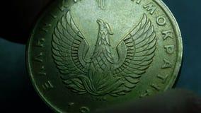 Chiuda su di monete molto vecchie video d archivio