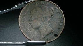 Chiuda su di monete molto vecchie stock footage