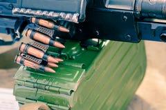 Chiuda su di munizioni sulla mitragliatrice fotografie stock libere da diritti