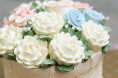 Chiuda su di nozze o dei fiori bianchi decorati torta di compleanno da crema Fotografie Stock