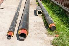 Chiuda su di nuovi tubi isolati per le acque luride o il gas del riscaldamento centrale di un quartiere dell'acqua con isolamento Fotografia Stock