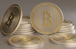 Chiuda su di oro e dei soldi cripto di valuta del bitcoin d'argento sparsi sul pavimento del metallo Fotografie Stock Libere da Diritti