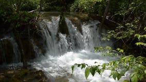 Chiuda su di Overfall del fiume di Gostilje sulla montagna di Zlatibor stock footage