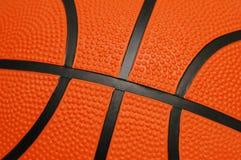 Chiuda in su di pallacanestro arancione Fotografie Stock