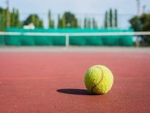 Chiuda su di pallina da tennis sulla corte Concetto dell'attivo di sport fotografia stock libera da diritti