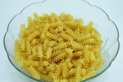 Chiuda su di pasta a spirale italiana cruda in una ciotola Immagini Stock Libere da Diritti