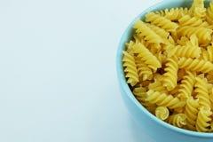Chiuda su di pasta a spirale italiana cruda usata come fondo Fotografia Stock