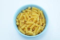 Chiuda su di pasta a spirale italiana cruda usata come fondo Immagini Stock