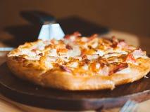 Chiuda su di piccola dimensione della pizza di formaggio e del prosciutto fotografia stock