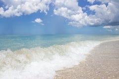 Chiuda su di piccola onda alla spiaggia vuota Fotografia Stock Libera da Diritti