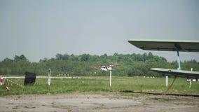 Chiuda su di piccole terre dell'aeroplano stock footage