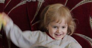 Chiuda su di piccolo fronte sveglio biondo della ragazza bianco sorridente isolato ragazza all'interno Colpo del ritratto video d archivio