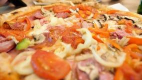 Chiuda su di pizza deliziosa archivi video