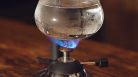 Chiuda su di preparazione del caffè nella macchinetta del caffè alternativa di vuoto video d archivio