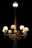 Chiuda su di retro lampade dell'alta vecchia via barrocco illuminate di notte Fotografia Stock