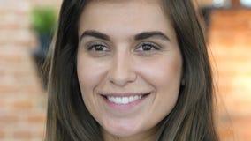 Chiuda su di risata del fronte femminile adorabile bello Immagine Stock