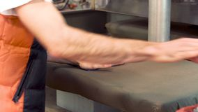 Chiuda su di rivestire di ferro professionale al tessuto dell'indumento stock footage