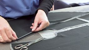 Chiuda su di rivestire di ferro professionale al tessuto dell'indumento archivi video