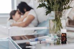 Chiuda su di roba medica differente che si trova sulla tavola dell'ospedale immagini stock libere da diritti