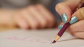 Chiuda su di rottura capa della matita di colore stock footage