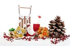 Chiuda su di Santa la seduta sul regalo di legno della tenuta della slitta del cavallo Immagini Stock