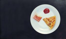 Chiuda su di singola fetta di chiken la pizza del cereale con il ketchu del pomodoro Immagine Stock Libera da Diritti