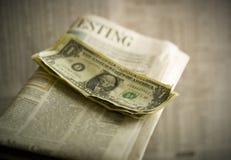 Chiuda in su di soldi sul giornale Fotografie Stock Libere da Diritti