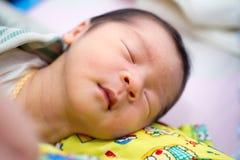 Chiuda su di sonno asiatico del bambino fotografia stock libera da diritti