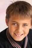 Chiuda in su di sorridere del ragazzo fotografia stock