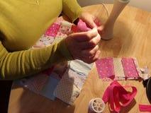 Chiuda su di stoffa per trapunte/che cuce della mano Fotografia Stock