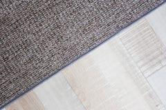 Chiuda su di tappeto sopra il pavimento di parquet Fotografia Stock