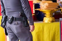 Chiuda su di Thailand& x27; pistola della polizia di s, Policeman& x27; cinghia dell'attrezzatura di s fotografia stock