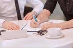 Chiuda su di un cliente maschio che firma il contratto Immagini Stock Libere da Diritti