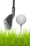 Chiuda in su di un club di golf con la sfera ed il T immagine stock libera da diritti