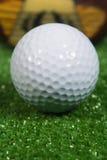 Chiuda in su di un club di golf di legno dell'annata tre con la sfera Immagini Stock