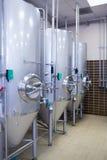 Chiuda su di un contenitore d'acciaio per produrre la birra Immagine Stock