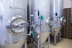 Chiuda su di un contenitore d'acciaio per produrre la birra Immagine Stock Libera da Diritti