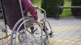 Chiuda su di un disabile che utilizza una sedia a rotelle archivi video