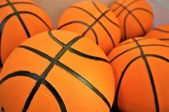 Chiuda su di un gruppo di molte palle arancio di nuova pallacanestro fotografie stock libere da diritti