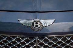 Chiuda su di un logo di Bentley sulla parte anteriore dell'automobile di Bentley immagine stock