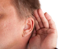 Chiuda su di un man& sordo x27; orecchio di s con la protesi acustica immagini stock