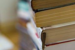 Chiuda su di un mazzo di tascabili, romanzi Istruzione di concetto immagini stock