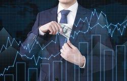 Chiuda su di un mediatore con le banconote in dollari Fotografia Stock Libera da Diritti