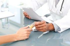 Chiuda in su di un medico che dà le droghe al suo paziente Fotografia Stock Libera da Diritti