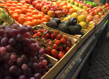 Chiuda su di un mercato di frutta dell'interno immagine stock