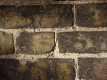 Chiuda su di un muro di mattoni marrone giallo grigio immagini stock libere da diritti
